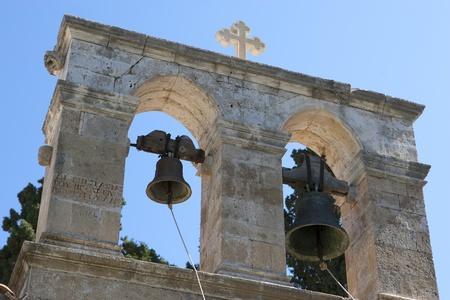 Fragment einer antiken, griechischen Kirche mit Glocken