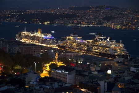 Nachtansicht auf Istanbul Hafen mit Kreuzfahrtschiffen und Stadt