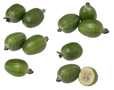 Définir les fruits tropicaux feijoa entiers et coupés en deux, isolés sur fond blanc. Banque d'images