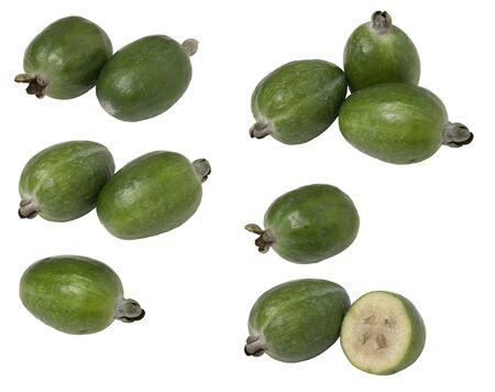 Establecer la feijoa de frutas tropicales entera y cortar por la mitad, aislado sobre fondo blanco. Foto de archivo