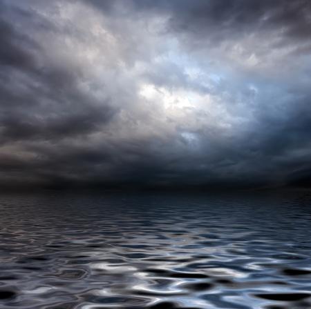 cielo tormenta: cielo oscuro tormenta sobre la superficie del agua con sombras artistick agregado