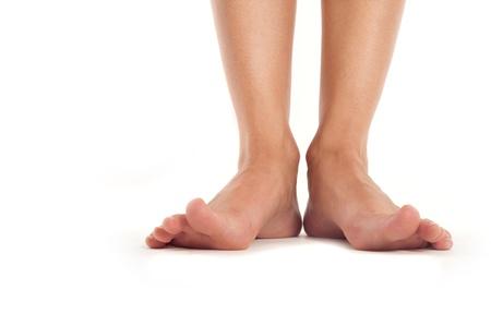 pies sexis: sanos los pies femeninos con los dedos extendidos aislado en blanco