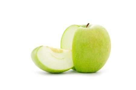 Nahaufnahme Schuss von grünem Apfel in Scheiben geschnitten auf weißem Hintergrund Standard-Bild