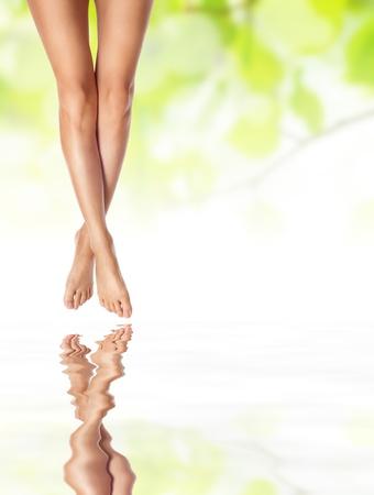mani e piedi: sano sexy gambe snelle femminile sull'acqua - spa e il concetto di assistenza sanitaria