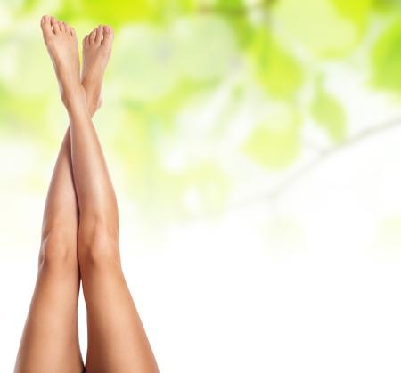 piernas sexys: Healthy Sexy piernas esbeltas mujeres sobre fondo verde primavera natural - Termas y el concepto de atenci�n m�dica Foto de archivo
