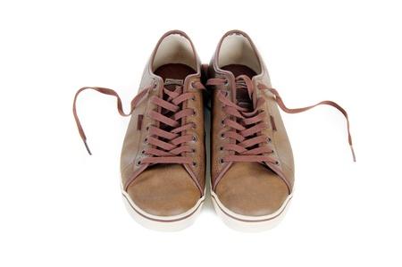 untied: dos desatado zapatillas de cuero marr�n aisladas sobre fondo blanco