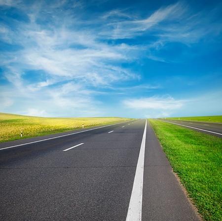 carretera: campo verde y la carretera sobre el cielo azul