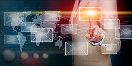 contact info: donna d'affari mano premendo lettera e-mail su una interfaccia touch screen