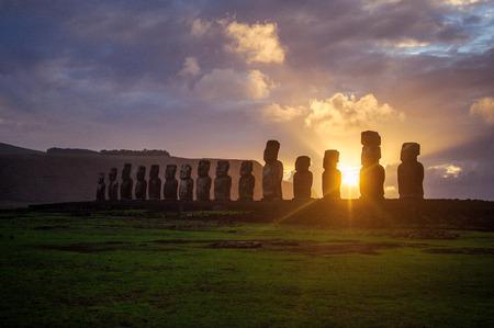 moai: moai. Monta�as Isla de Pascua Estatuas. Oc�ano. Foto de archivo
