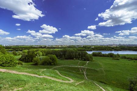 herbe ciel: Parc Kolomenskoye. Ciel bleu, herbe, nuages