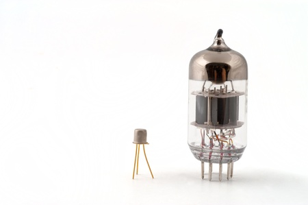 transitor: Transistor junto a un tubo de vac�o