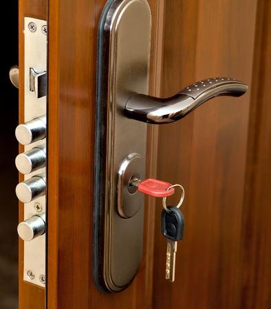 manejar: la cerradura de la puerta con el mango y una tecla