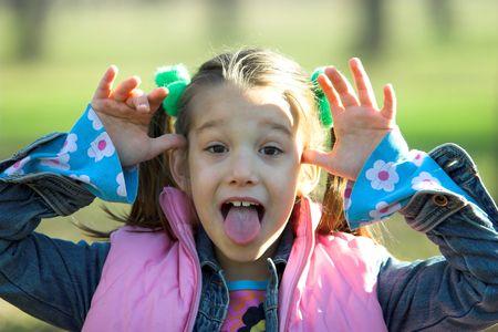 evil girl: un bambino piccolo che attacca verso lesterno la linguetta, cheeky