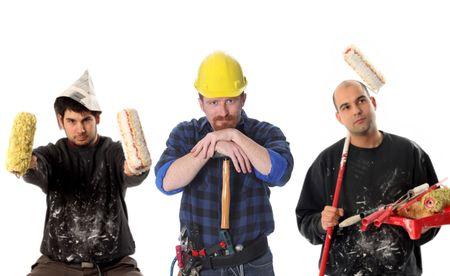 pintor de casas: trabajador de la construcci�n con el martillo y la casa de pintor con la pintura del rodillo