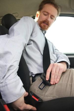 cinturon seguridad: Detalles del conductor poner las manos sobre el cintur�n de seguridad