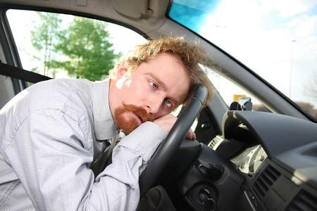 weariness: conductor cansado duerme en un coche