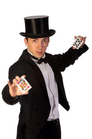 joven mago con el desempeño de las tarjetas en el fondo blanco