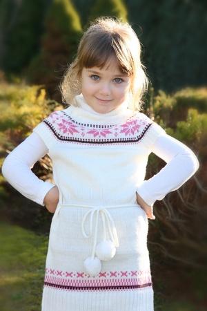 fille pull: Beau portrait peu de jeune fille dans le parc