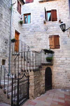 backstreet: Detalles de Backstreet en el casco antiguo de Kotor, Montenegro