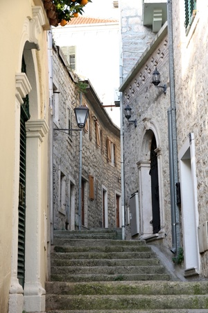 backstreet: Detalles de Backstreet en el casco antiguo de Herceg Novi, Montenegro
