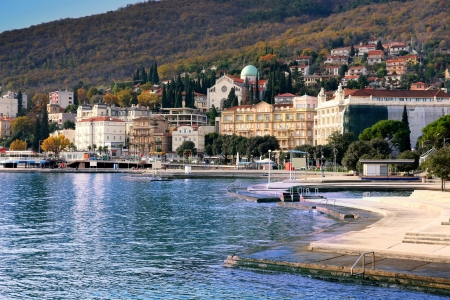 chorwacja: Panoramiczny widok śródziemnomorskiego miasta Opatija, Chorwacja