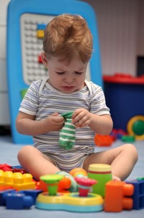 Un beb� llorando en la habitaci�n de los ni�os photo