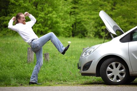 broken car: Conductor furioso un coche roto en la carretera