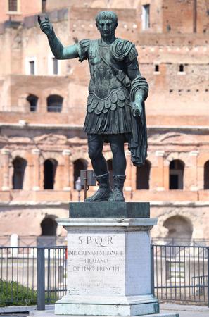 spqr: Estatua SPQR IMP.CAESARI.NERVAE.F.TRAIANO OPTIMO PRINCIPI1 en la calle Via dei Fori Imperiali, Roma, Italia