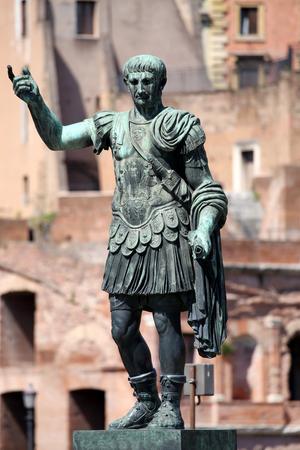 Estatua SPQR IMP.CAESARI.NERVAE.F.TRAIANO OPTIMO PRINCIPI1 en la calle Via dei Fori Imperiali, Roma, Italia