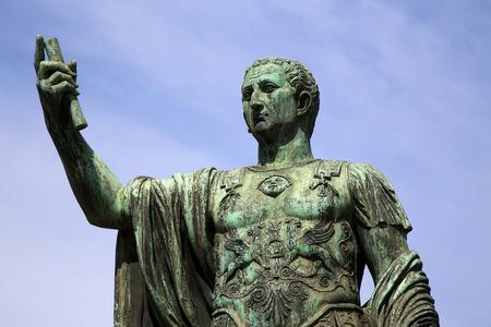 spqr: Estatua SPQR IMP.CAESARI Nervae Augusto en la calle Via dei Fori Imperiali, Roma, Italia Foto de archivo