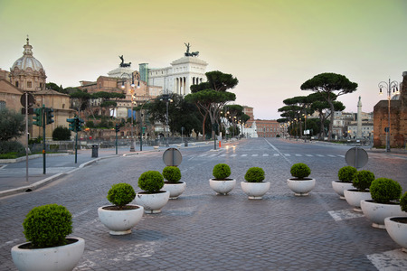 italia: Tourists walk along Via dei Fori Imperiali in Rome, Italia ( photographed very early in the morning )
