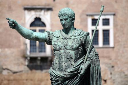 Estatua SPQR IMP CAESAR Augusto pater patriae en la calle Via dei Fori Imperiali, Roma, Italia Foto de archivo - 44465368
