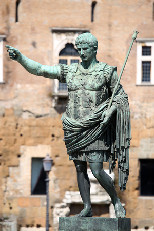 spqr: Estatua SPQR IMP CAESAR Augusto pater patriae en la calle Via dei Fori Imperiali, Roma, Italia