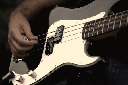 gitara: SzczegóÅ,y muzyków grajĘ ... cych na gitarze elektrycznej na koncercie