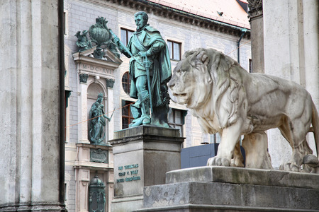 graf: details of a stone lion sculpture and Statue of Graf V Tilly at the Odeonsplatz - Feldherrnhalle in Munich Germany