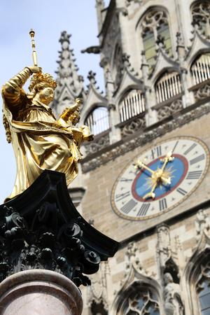 virgen maria: La estatua de oro de Mar�a (Mariensaule), una columna mariana en la Marienplatz, en Munich, Alemania