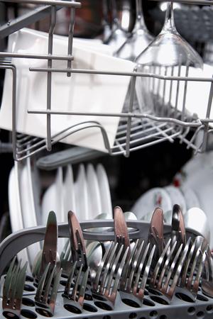 lavaplatos: Abra el lavaplatos con aparatos de limpieza