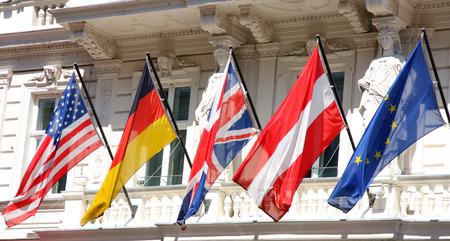 economia: Detalles cerrar el disparo de varias banderas en una fila Foto de archivo