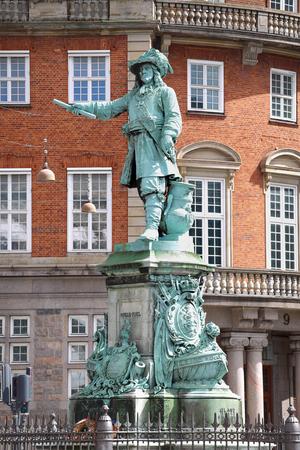 admiral: Statue Danish-Norwegian admiral Niels Juel in Copenhagen, Denmark Editorial