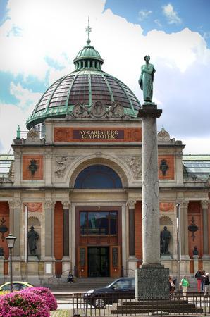 carlsberg: COPENHAGEN, DENMARK - AUGUST 14, 2016:  Art museum in Copenhagen Ny Carlsberg Glyptotek building and column. The art museum was inaugurated in 1906. in Copenhagen, Denmark on August 14, 2016. Editorial
