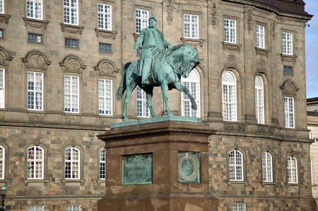 king palace: The equestrian statue of King Frederik VII in front of the Christiansborg Palace in Copenhagen, Denmark