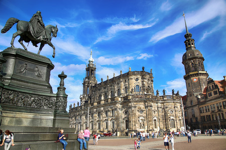 DRESDEN, DEUTSCHLAND - AUGUST 13, 2016: Touristen gehen am Theaterplatz und Majestic Blick auf Sachsen Dresden Schloss und Katholische Hofkirche in Dresden, Bundesland Sachsen, Deutschland am 13. August 2016.
