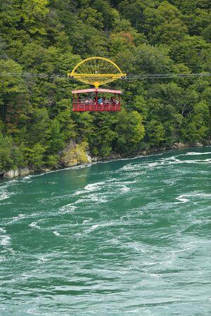 Chutes du Niagara, États-Unis - 29 août 2018 : téléphérique Aero suspendu à un câble robuste avec vue sur les rivières sauvages de Niagara Whirlpool depuis l'État de New York, États-Unis Éditoriale