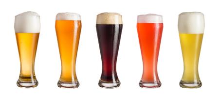 Vijf glazen verschillende soorten koud ambachtelijke bier geïsoleerd op een witte achtergrond Stockfoto - 81705822