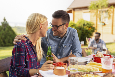 Couple in love having fun at a summer backyard barbecue party 스톡 콘텐츠