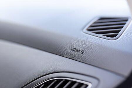 Close up detail d'un intérieur de voiture - une partie du tableau de bord avec des évents de climatisation