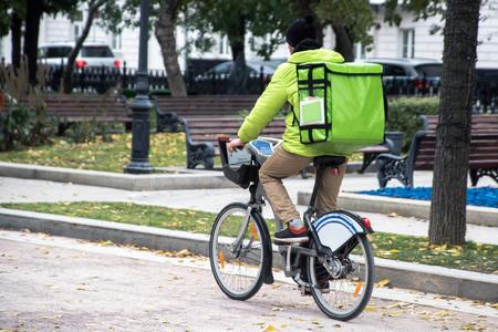 Lieferung auf dem Fahrrad auf der Stadt