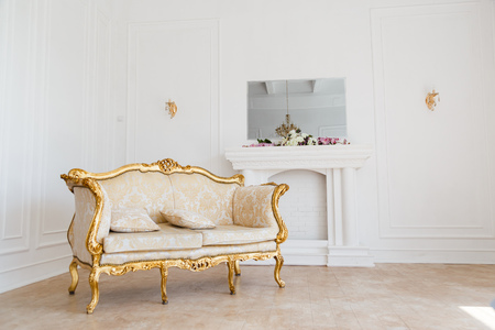 Luxe interieurstijl voor de woonkamer. Wit en goud