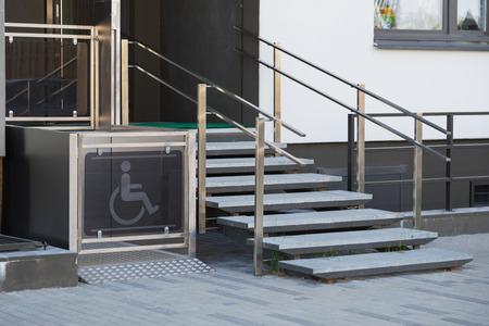 Entree woonhuis voorzien van speciaal hefplatform voor rolstoelgebruikers Stockfoto