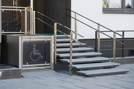 Living house entrance equipped with special lifting platform for wheelchair users 版權商用圖片 - 101146449